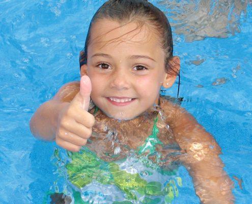 Daumen hoch für einen sicheren Swimming-Pool